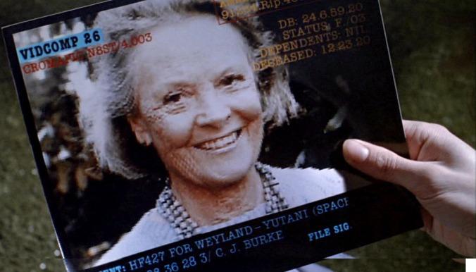 Elizabeth Inglis (mamma Weaver) nel ruolo di Amanda (immagine completa ottenuta sovrapponendo due fotogrammi)
